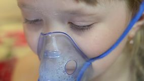 Dziewczyna w szpitalu taktuje z inhalacją, smutny dziecko w szpitalnej oddychanie masce dla inhalaci zdjęcie wideo