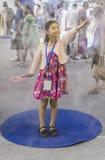 Dziewczyna w sztucznej mgle w 2016 Chengdu innowaci i przedsiębiorczość jarmarku Obrazy Stock