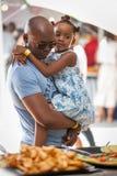 Dziewczyna w tata rękach w świetle dziennym Fotografia Royalty Free