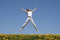 dziewczyna w terenie skacze się uśmiecha Zdjęcie Stock