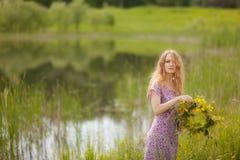 Dziewczyna w trawie fotografia royalty free
