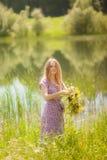 Dziewczyna w trawie zdjęcie stock