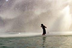 Dziewczyna w Trocadero fontannach wieżą eifla Lato fala upałów w wielkim Paryż zdjęcia stock