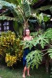 Dziewczyna w tropikalnym kurorcie w błękitnej sukni Obrazy Royalty Free