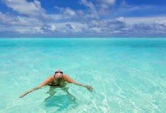 Dziewczyna w turkusowym morzu Obraz Royalty Free