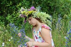 Dziewczyna w wianku kwiaty Zdjęcia Royalty Free