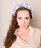 Dziewczyna w wianku kwiaty obraz royalty free