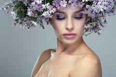 Dziewczyna w wianku purpurowe stokrotki Zdjęcie Royalty Free