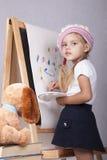Dziewczyna w wizerunku artysta rysuje na sztaludze Obrazy Royalty Free