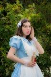 Dziewczyna w wizerunku bajecznie bobaterka słucha s Fotografia Stock