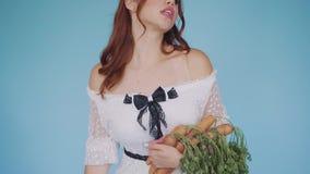 Dziewczyna w wizerunku elegancki, baśniowy królik z pozytywnymi emocjami, zbiory
