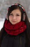 Dziewczyna w zatyczka do uszu outdoors w zimie fotografia stock