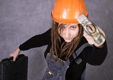 Dziewczyna w zbawczego hełma kamizelki mienia młota pomarańczowym narzędziu Zdjęcie Royalty Free