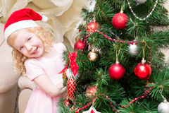 Dziewczyna w zerkaniu za od drzewa Obraz Royalty Free