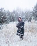 Dziewczyna w zima czarodziejskim lesie obrazy royalty free