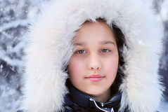 Dziewczyna w zima futerkowym kapiszonie Zdjęcie Royalty Free