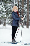 Dziewczyna w zima lesie na nartach Fotografia Stock