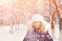 Dziewczyna w zimie dziecko na zewnątrz Fotografia Stock