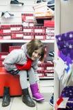 Dziewczyna w zimie odziewa próbować ciepłych buty zdjęcie stock