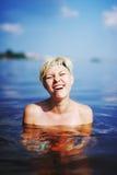 Dziewczyna w zimnej wody morzu shoked zdjęcia stock