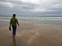 Dziewczyna wchodzić do Atlantyckiego ocean Zdjęcia Royalty Free