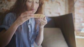 Dziewczyna wdycha odór herbata zbiory