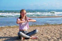 Dziewczyna ?wiczy joga morzem ?wiczy gimnastyk? w ?wie?ym powietrzu morzem zdjęcia stock