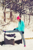 Dziewczyna ćwiczy w zima parku Zdjęcie Stock