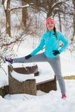 Dziewczyna ćwiczy w zima parku Zdjęcia Royalty Free