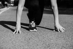 Dziewczyna wokoło zaczynać biegać outdoors i ścigać się fotografia stock