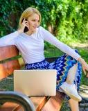 Dziewczyna wp8lywy marzycielska przewaga online zakupy Dziewczyna siedzi ławkę z notatnika wezwania telefonem Save twój czas z za zdjęcie royalty free