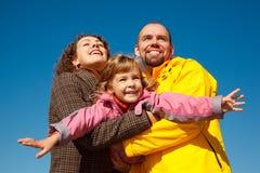 dziewczyna wręcza potrząśnięcia szczęśliwym rodzicom obrazy royalty free