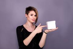 Dziewczyna wskazuje na białym pudełku zdjęcia royalty free