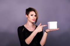 Dziewczyna wskazuje na białym pudełku zdjęcie stock