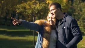 Dziewczyna wskazuje przy wiewiórczym bieg w parku, romantyczna data, czuli powiązania obraz stock