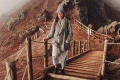 Dziewczyna wspina się ścieżkę góra Obraz Royalty Free
