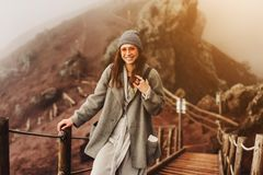 Dziewczyna wspina się ścieżkę góra Fotografia Stock