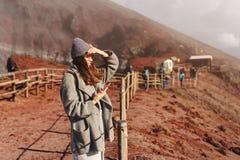 Dziewczyna wspina się ścieżkę góra Obrazy Royalty Free