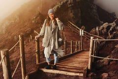 Dziewczyna wspina się ścieżkę góra Obraz Stock