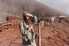 Dziewczyna wspina się ścieżkę góra Zdjęcia Royalty Free