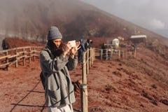 Dziewczyna wspina się ścieżkę góra Zdjęcie Royalty Free