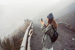 Dziewczyna wspina się ścieżkę góra Zdjęcie Stock
