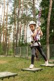 Dziewczyna wspina się ścieżkę w parkowej arkanie obrazy royalty free