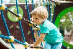 Dziewczyna wspina się arkany wyzwanie sieć zdjęcie stock