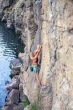 Dziewczyna wspina się skałę Zdjęcie Royalty Free