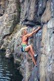 Dziewczyna wspina się skałę Obrazy Stock