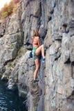 Dziewczyna wspina się skałę Zdjęcia Royalty Free