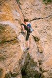 Dziewczyna wspina się skałę fotografia stock