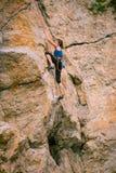 Dziewczyna wspina się skałę zdjęcia stock