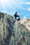 Dziewczyna wspina się skaliste góry Fotografia Royalty Free